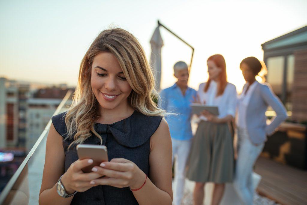 ecommerce-buyer-texting